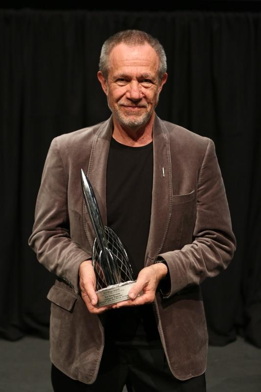 Stefan Rudnicki holding Hugo award